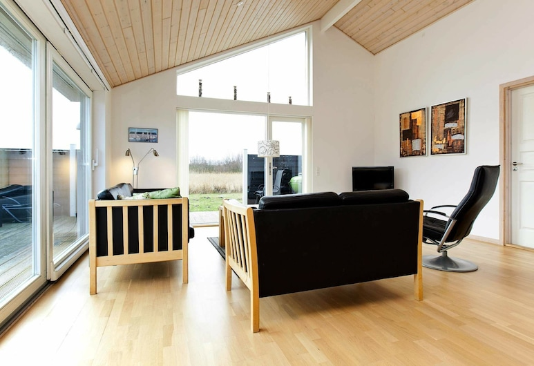 Alluring Holiday Home in Rødby With Whirlpool, Rødby, Sala de estar