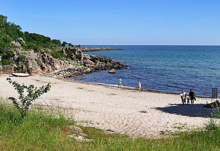 Comfortable Holiday Home in Gudhjem With Barbecue, Gudhjem, Strand