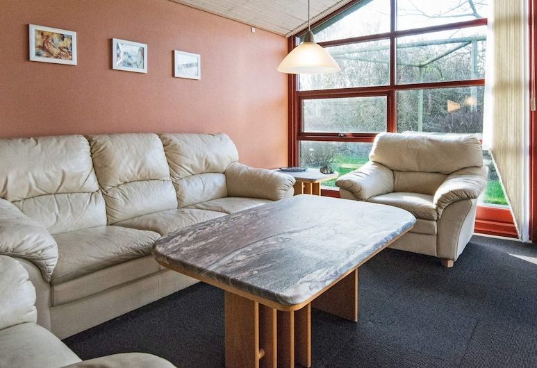 Serene Holiday Home in Juelsminde With Whirlpool, Juelsminde, Woonkamer