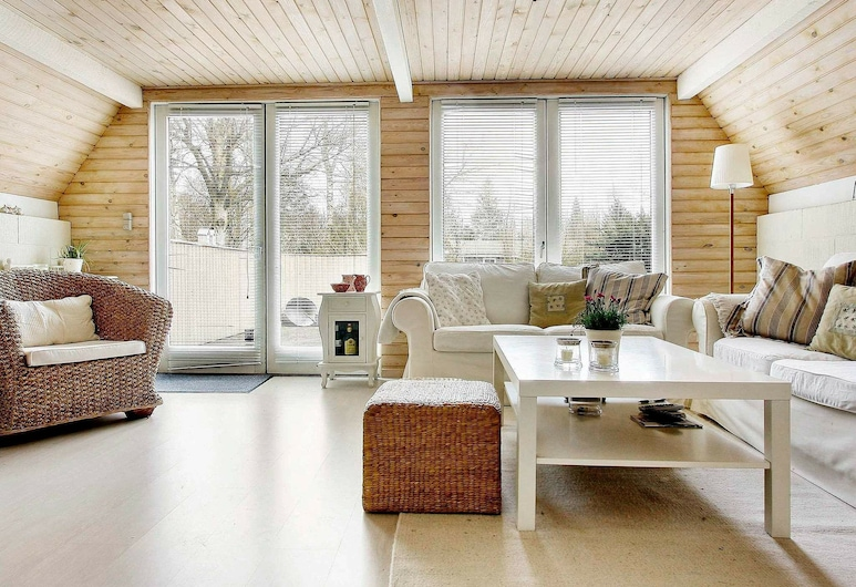 Special Holiday Home in Glesborg Near Sea, Глесборг, Гостиная