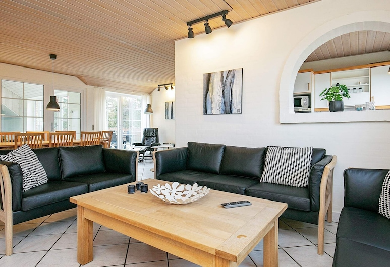 Tranquil Holiday Home in Ringkøbing With Terrace, Ringkobing, Dnevna soba