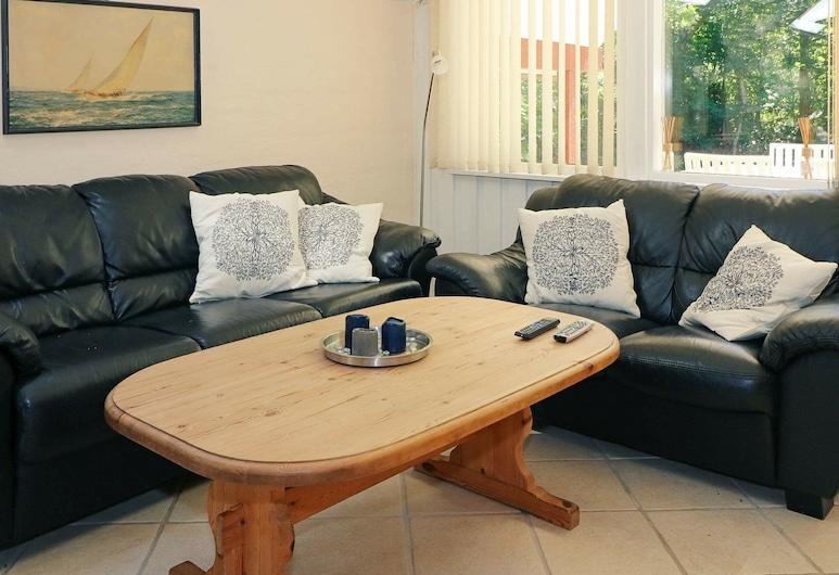 Tranquil Holiday Home in Hadsund With Whirlpool, Hadsund, Sala de Estar
