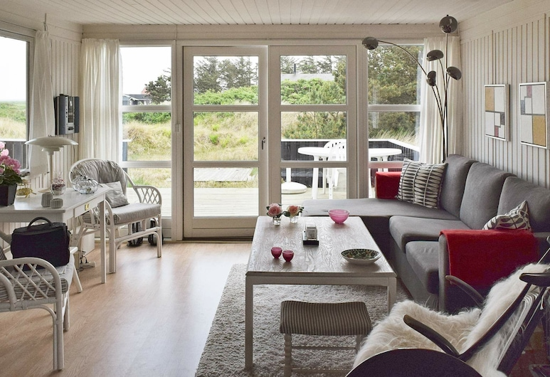 Tranquil Holiday Home in Ringkøbing With Terrace, Рінгкебінг, Вітальня