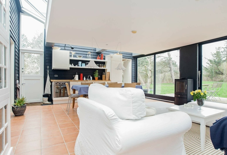 Stylish Holiday Home in Hovedstaden With Terrace, Hundested, Salle de séjour