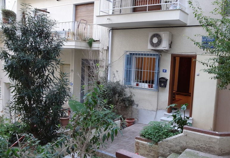 Cosy Central Independant Studio, Athens, Property entrance
