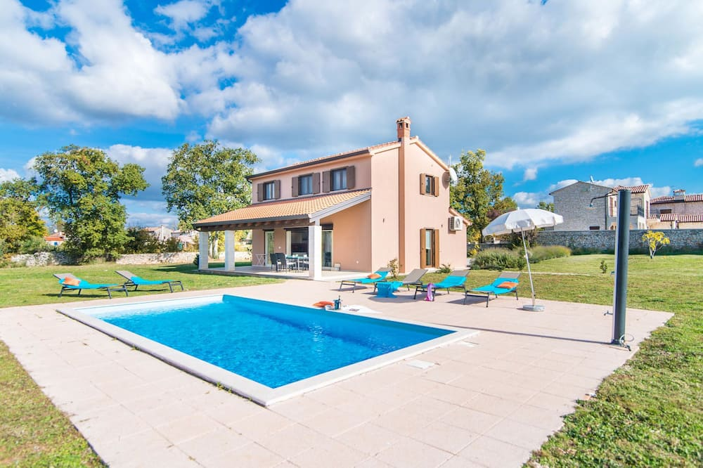 Detached Villa With Private Pool and Large Garden, in a Quiet Area