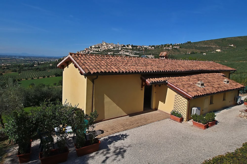 Quaint Farmhouse in Trevi With Swimming Pool