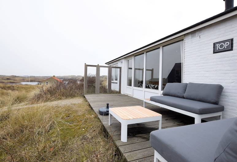 Quaint Bungalow in Midsland Terschelling With Private Terrace, Midsland, منزل صغير, شُرفة