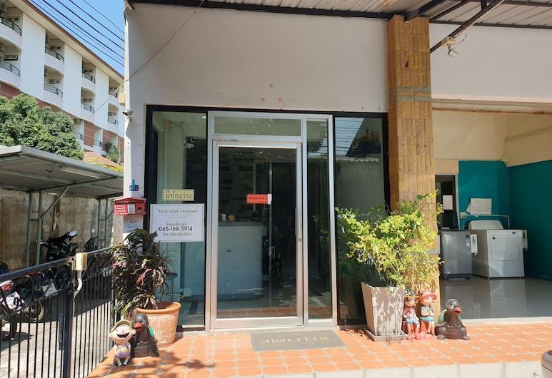 OYO 974 The Rest Village Apartment, Rayong, Entrée de l'hôtel