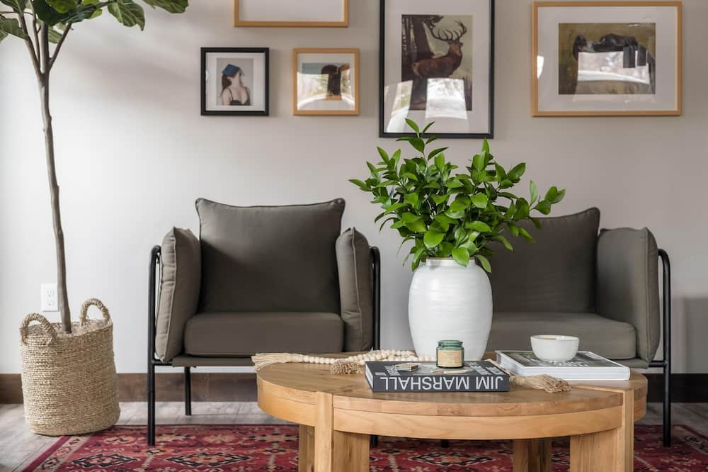House, Multiple Beds (Blackstone 105) - Living Room