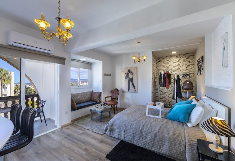 Castle Holiday Apartments, Limassol, Retro Deluxe Studio C416A, Room