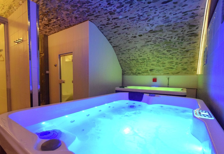 Luxurious Villa With Separate Guest House and a Private Heated Pool, Saint-Médard-d'Excideuil, Spa