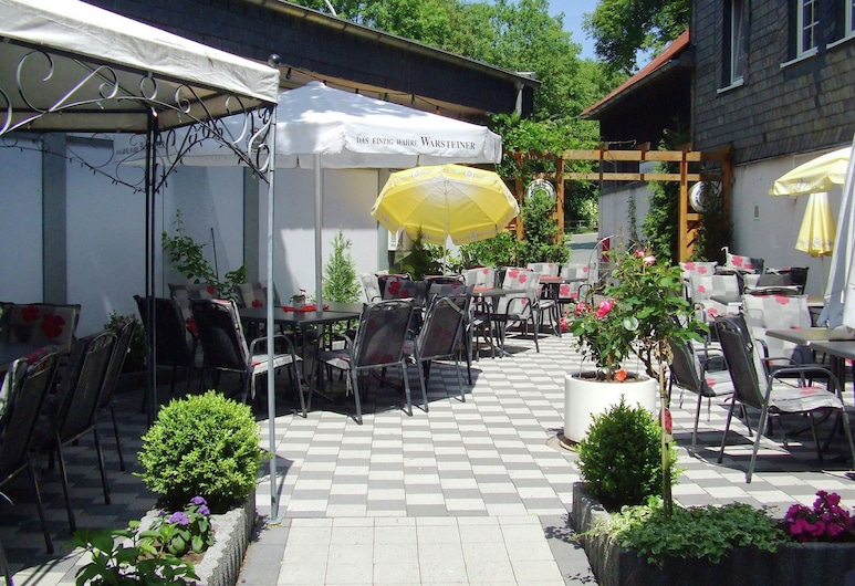Modern Holiday Home in Sauerland With Private Restaurant and Beer Garden, Meschede, Jardín