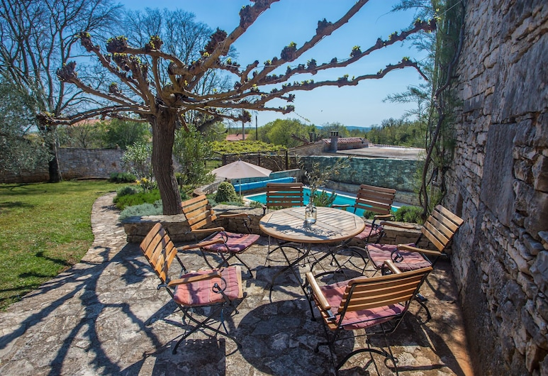 Authentically Restored Home With Private Pool and Outdoor Kitchen !, Sveti Lovrec, Balcony