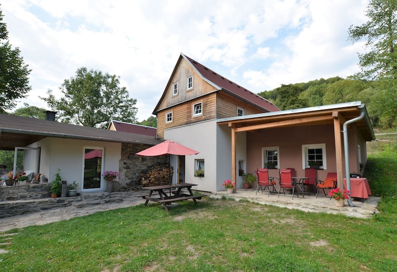 Spacious Holiday Home With Pool and Covered Terrace in the Bohemian Uplands, Malecov