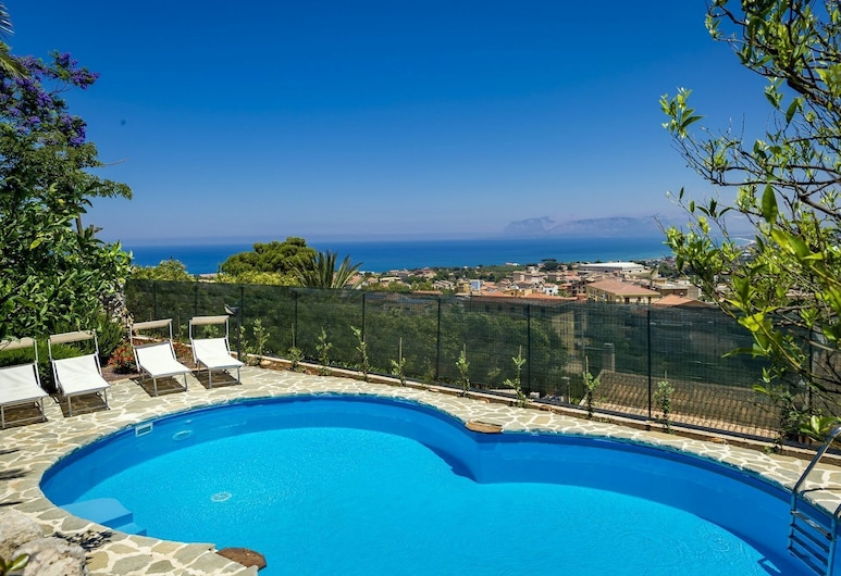 Spacious Apartment With Communal Pool Just 3km From the Sea!, Castellammare del Golfo