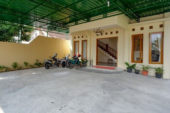 A(z) RedDoorz near Stadion 45 Karanganyar hotel fényképe itt: Karanganyar