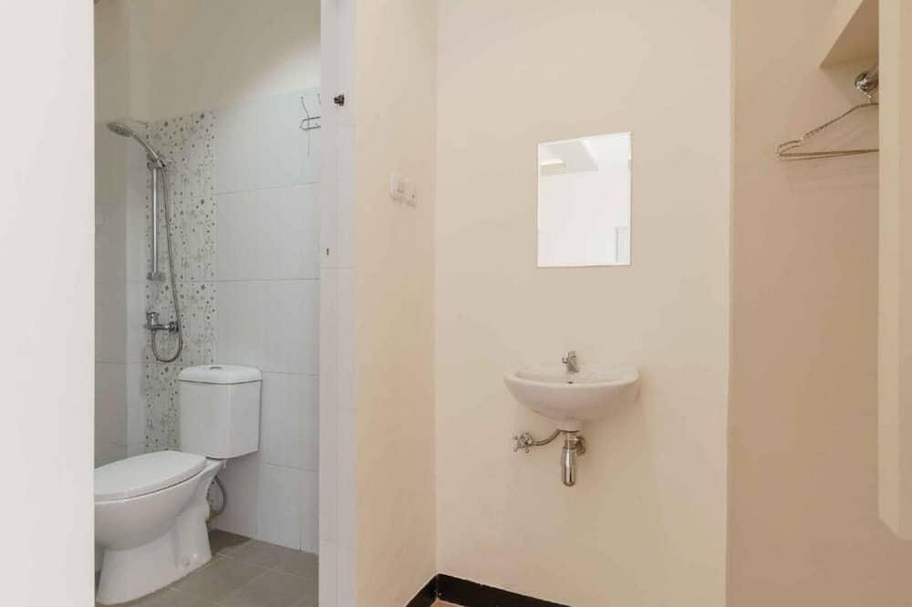 Family Room (Reddoorz) - Bathroom