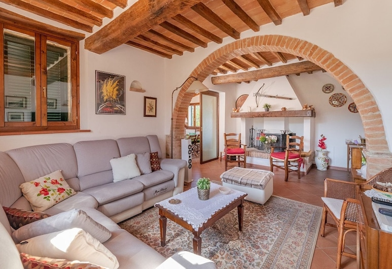Spacious Holiday Home in Paizze With Private Pool, Cetona, House, Living Room