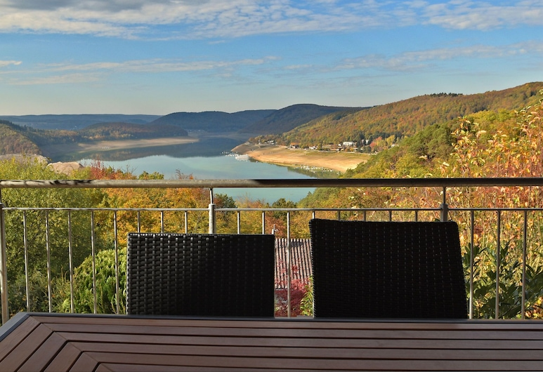Mediterranean-style Flat With Wood Stove, Terrace and a Terrific View of the Edersee dam, Waldeck, Balcón