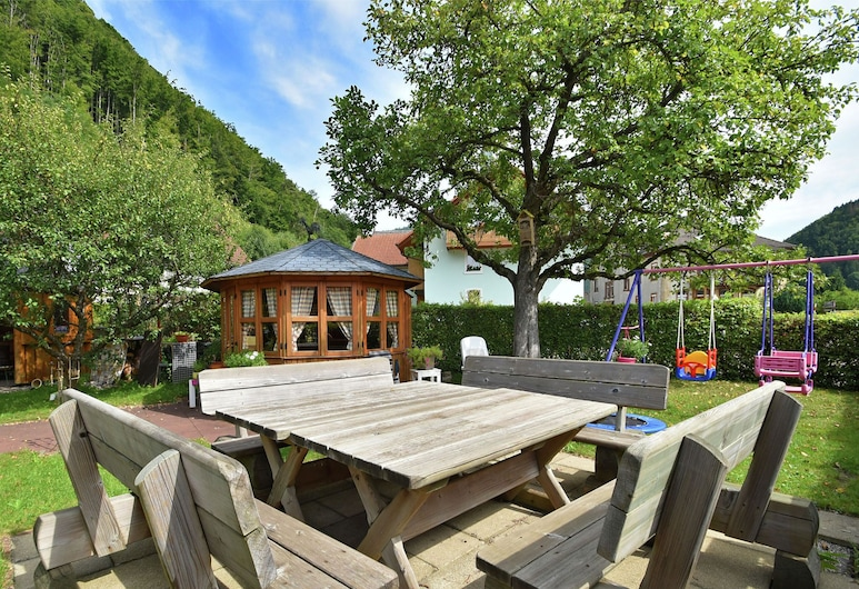 Tranquil Apartment in Geschwend Near City Centre and River, Todtnau, Puutarha