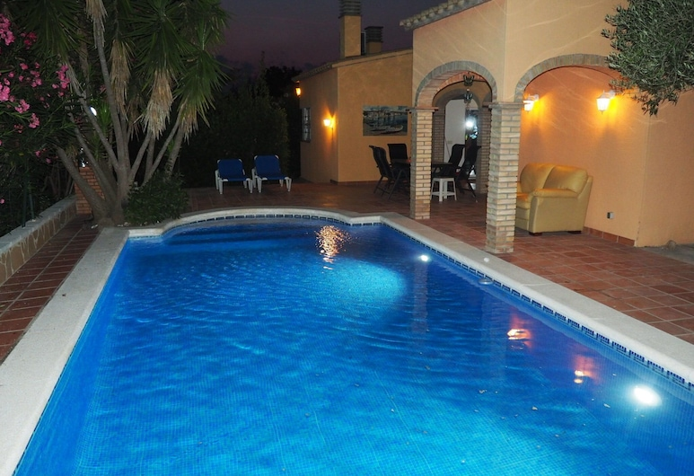 Fantastic Holiday Home With Private Pool at the Port Including a Private Berth, Sant Pere Pescador, Sundlaug