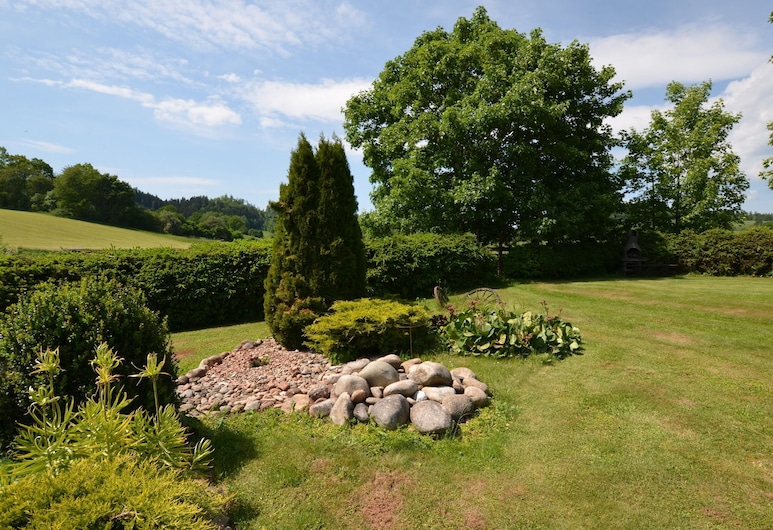 Beautiful Holiday Home With the Garden Pool at the Edge of the Riesengebirge, Vlcice, Trädgård