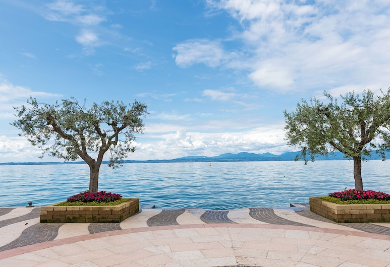 Vibrant Holiday Home in Lazise With Swimming Pool Near 2 Lakes, Lazise, Exterior