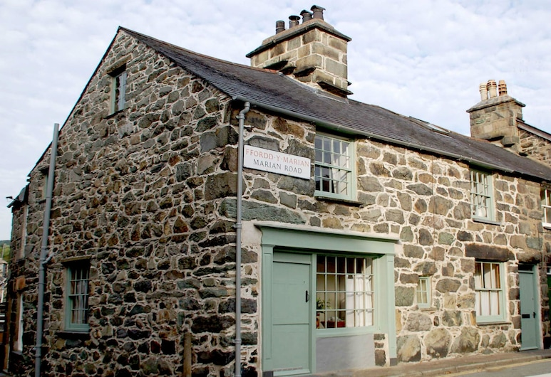 Monumental Stone House in the Centre of Dolgellau in Snowdonia National Park, Dolgellau