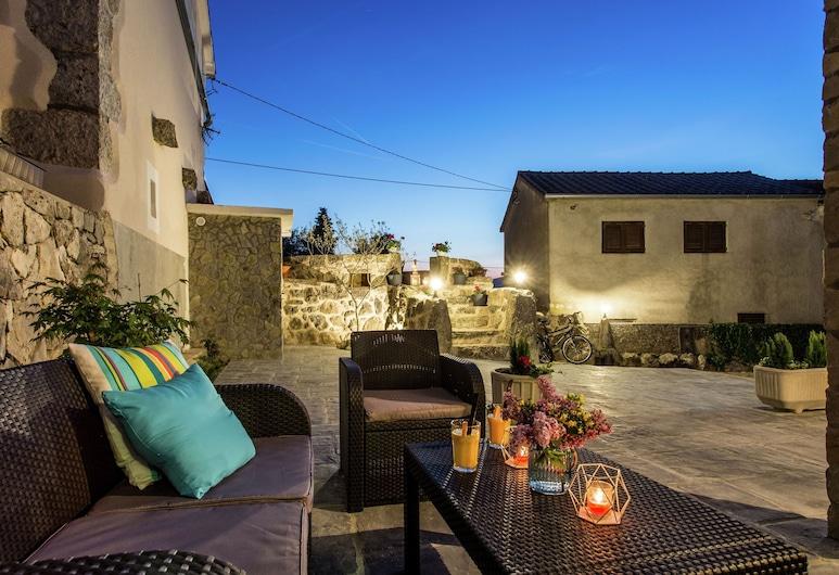 Beautiful, Tasteful Villa in the Village of Milohnici on the Island of Krk, Beach at 3 km, Krk, Balcony