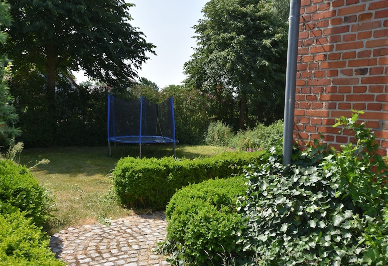 Spacious Apartment With Garden, Terrace, Heating and Bar, Boiensdorf