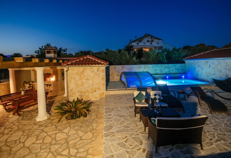 Charming Villa With Heatable Covered Swimming Pool Only 4 km Away From the sea, סוקוסאן
