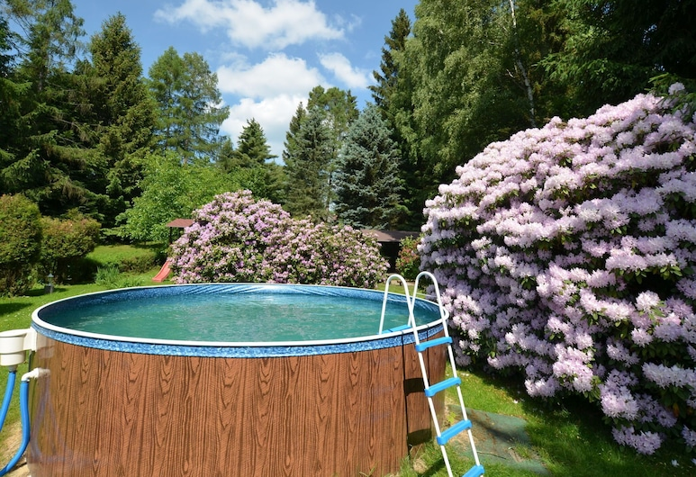 Detached Holiday Home With Garden Pool and Large, Fenced Garden, Staré Krecany, Бассейн