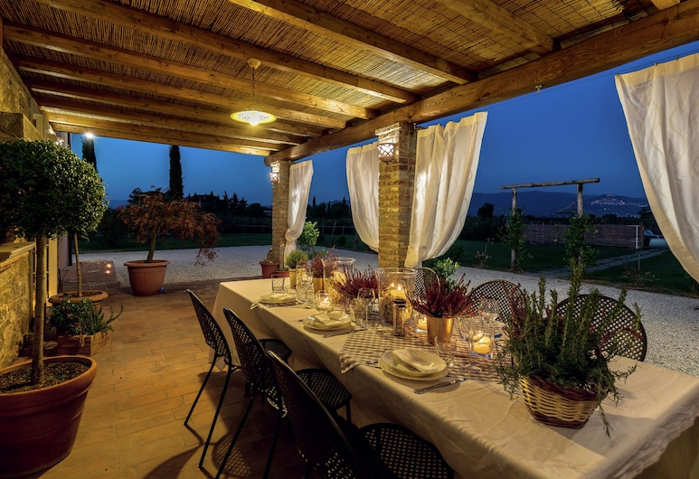 Typical Tuscan Farmhouse With Private Swimming Pool, 900m Away From a Small bar, Cortona, Villa, Balcony