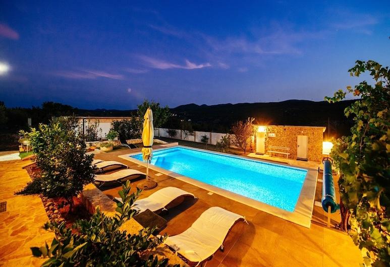 Stunning Villa in Zaton Obrovacki With Swimming Pool, Obrovac, Pool
