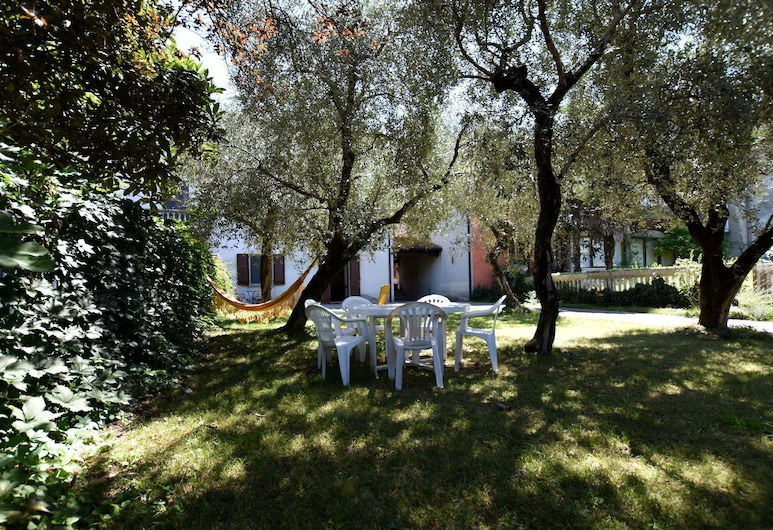 Two-family Home With Private Garden 100 Metres From the Lake and Beach, Marone, Puutarha