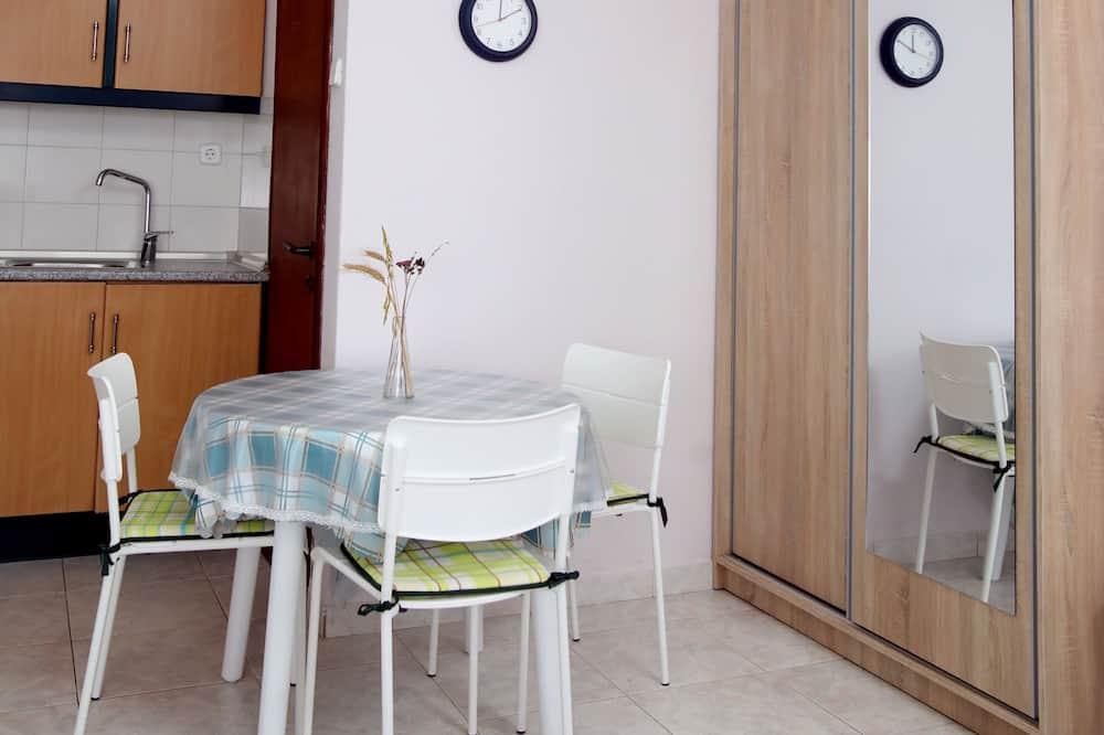 Basic-Studio (4 Adults) - Essbereich im Zimmer