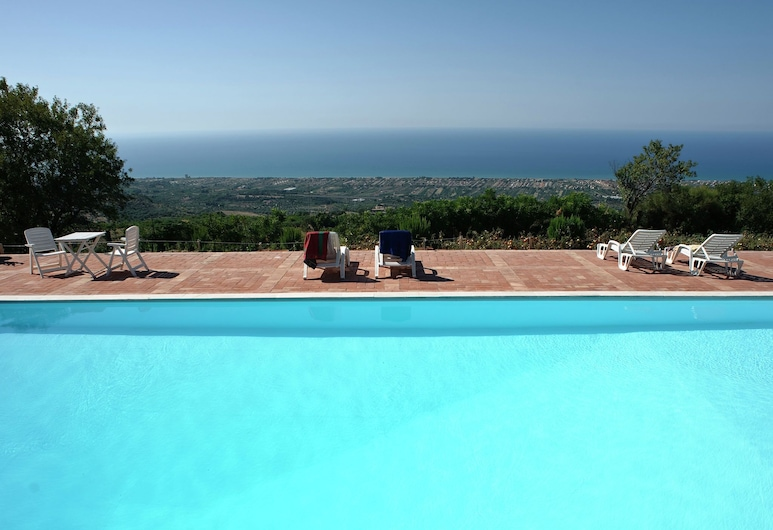 Beautiful Villa With Large Garden, Pool and Breathtaking Views, Collesano, Baseins