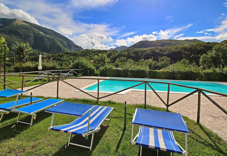 Magnific Holiday Home in Piobbico Marche With Pool, Piobbico, Kolam Renang