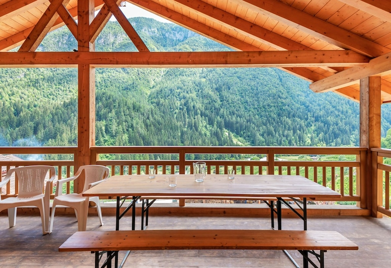 Accommodation With Wellness Center, in Val di Sole, 1km Away From the ski bus, Caldes, Balkong