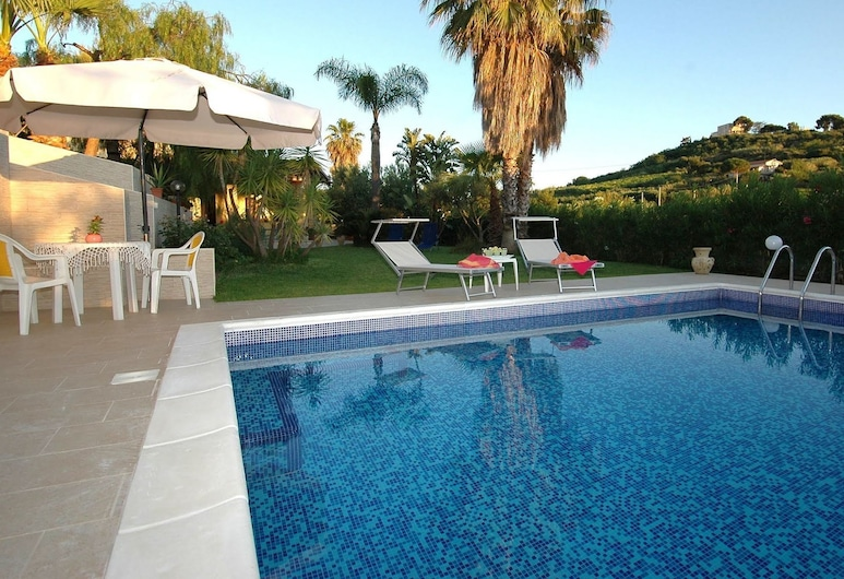 Holiday Home With Private Pool, Only 500m From the Beach, Trappeto, Villa, Pool