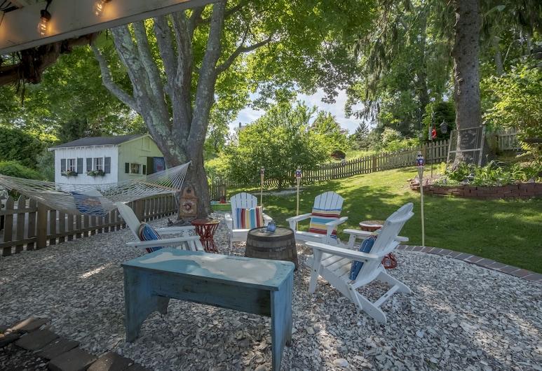 Cheery Mystic Village Capt Burrows Home+cove View!, Mystic