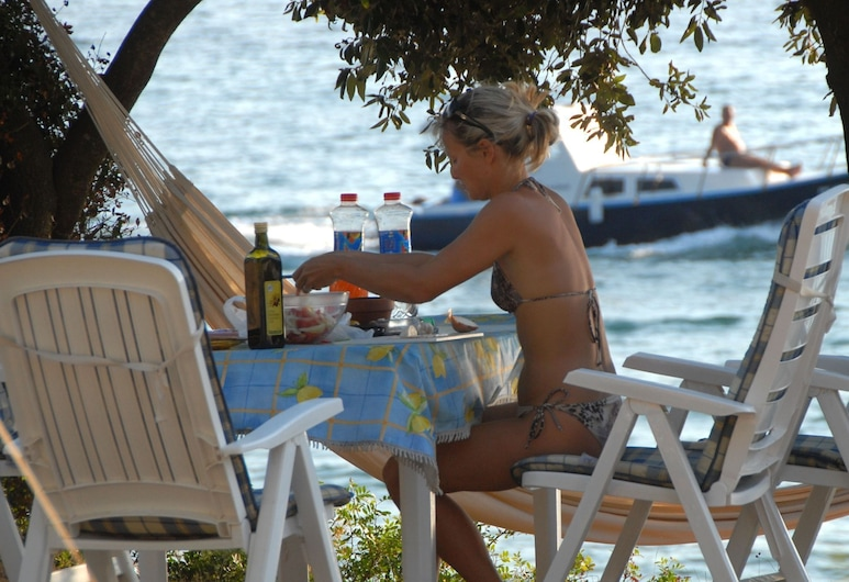 Carefully Furnished Chalet With a Terrace, 10 km. From Pula, Medulin, Exterior