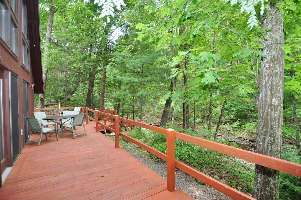 בית, מספר מיטות (Rosies Creekside Retreat) - מרפסת