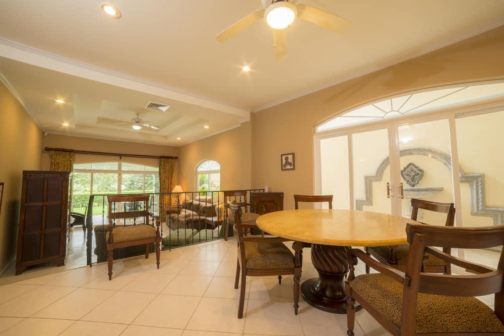 Deluxe Condo, 2 Bathrooms, Garden View - In-Room Dining