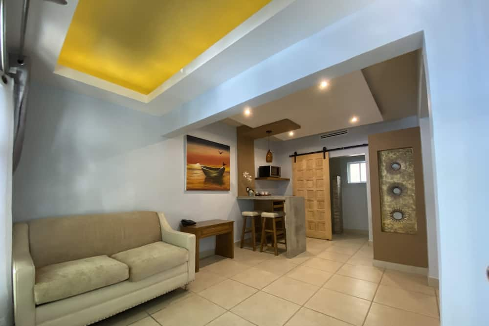 Suite, Multiple Beds - Зона гостиной