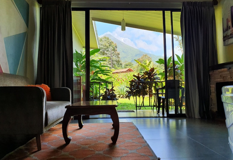 Yellow Tree Suites, La Fortuna, Deluxe Suite, Hot Tub, Hill View, Guest Room