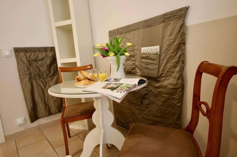Spacious Flat - 2 Rooms - Bath & Kitchen - Essbereich im Zimmer