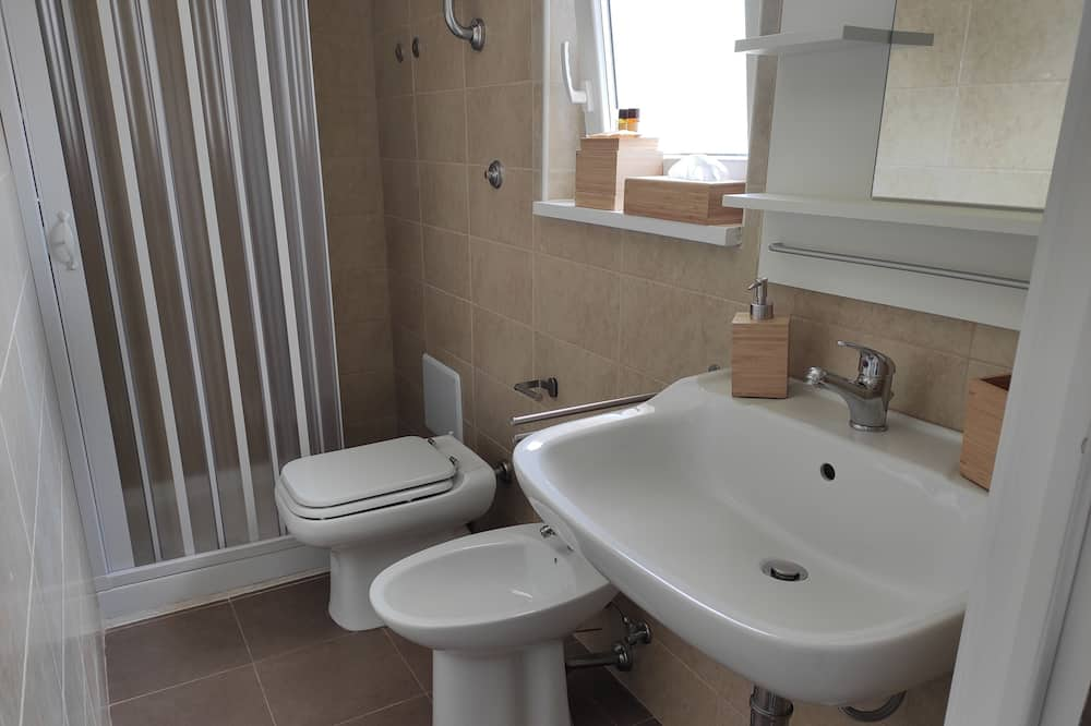 Standard Double or Twin Room, Ensuite, Pool View - Bathroom