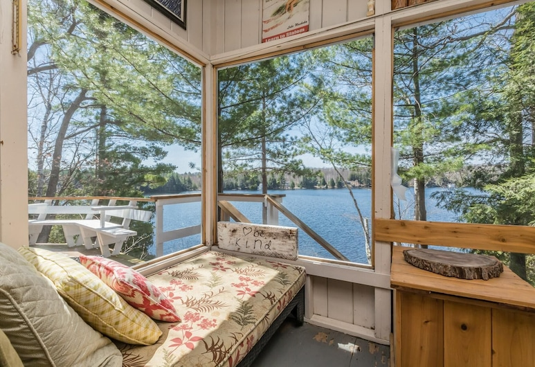 Lakeside Charmer an Irresistible Family Cottage on Acton Island!, Muskoka Lakes, Room